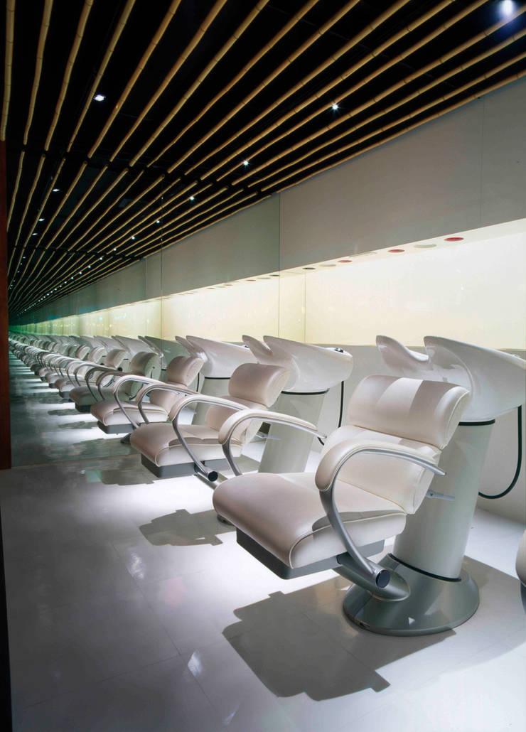 Shampoo area: Shigeo Nakamura Design Officeが手掛けたオフィススペース&店です。,