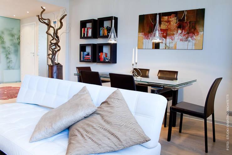 Ristrutturazione abitazione  AR a Pescara: Sala da pranzo in stile  di Studio Sabatino Architetto, Minimalista