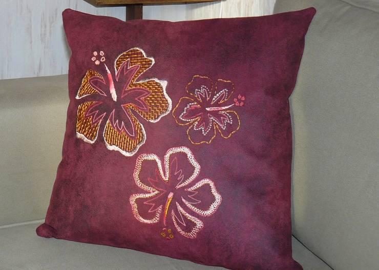 Hibiscus, coussin.: Maison de style  par Valérie Hacquin Créations