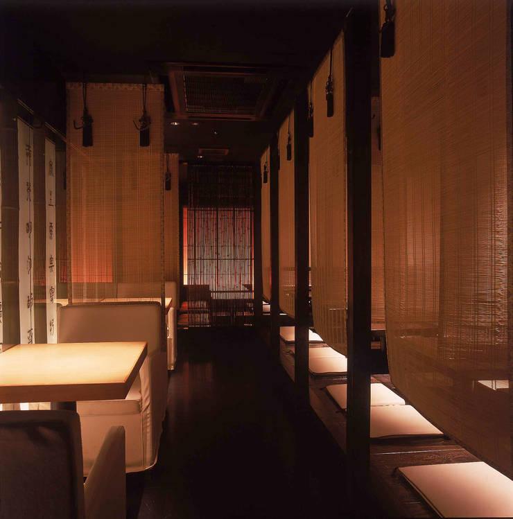 簾で仕切られる小上がり席とテーブル席をみる: Shigeo Nakamura Design Officeが手掛けたオフィススペース&店です。