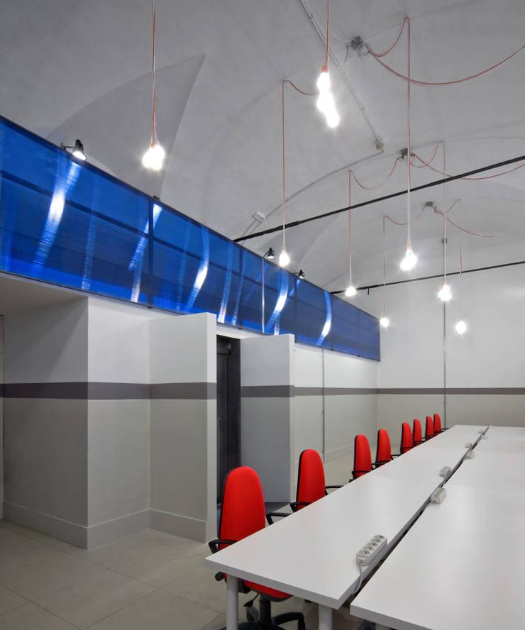 OFFICINE RAI: Complessi per uffici in stile  di FL Architetti