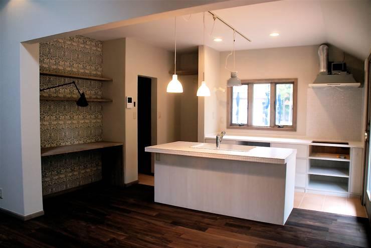 築30年のコテージをリノベーションした家: HAPTIC HOUSEが手掛けたキッチンです。