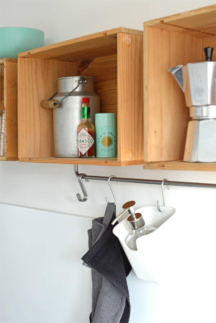 Küche DIY Regal aus alten Weinkisten:  Küche von Kristina Steinmetz Design,Rustikal