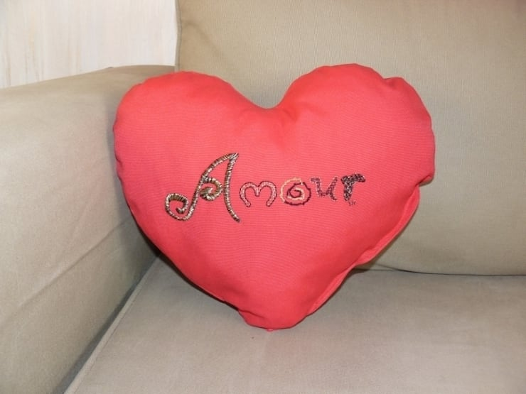 Amour, coussin brodé en forme de cœur.: Maison de style  par Valérie Hacquin Créations
