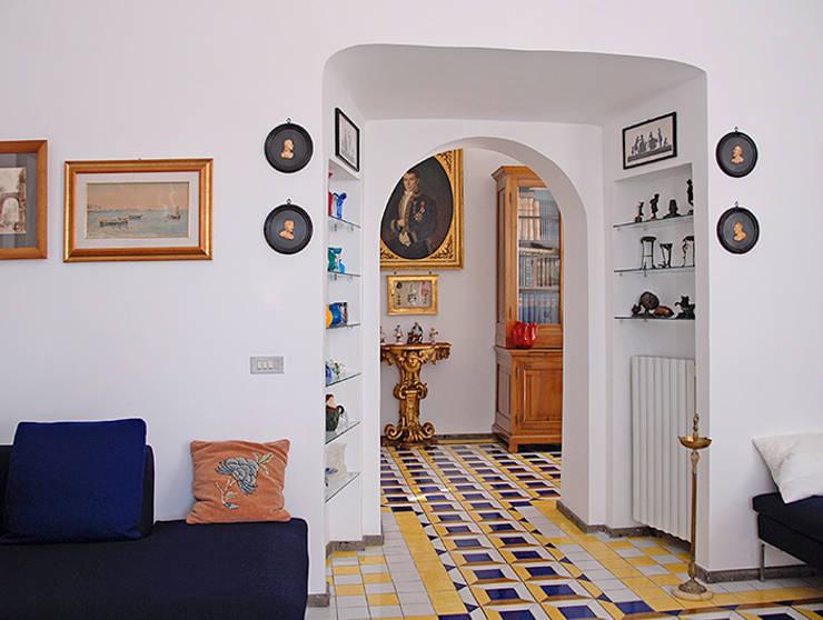 Salas / recibidores de estilo  por Sergio Prozzillo Ass.ti