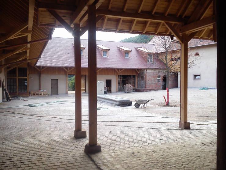 Rénovation d'une ferme en Alsace: Maisons de style  par Atelier Laparra
