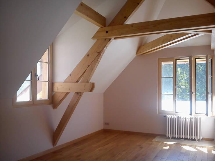 Rénovation d'une ferme en Alsace: Chambre d'enfant de style  par Atelier Laparra
