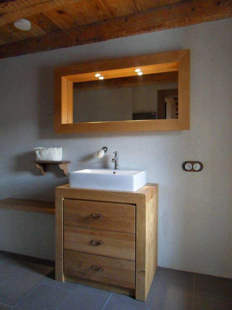Rénovation d'une ferme en Alsace: Salle de bains de style  par Atelier Laparra
