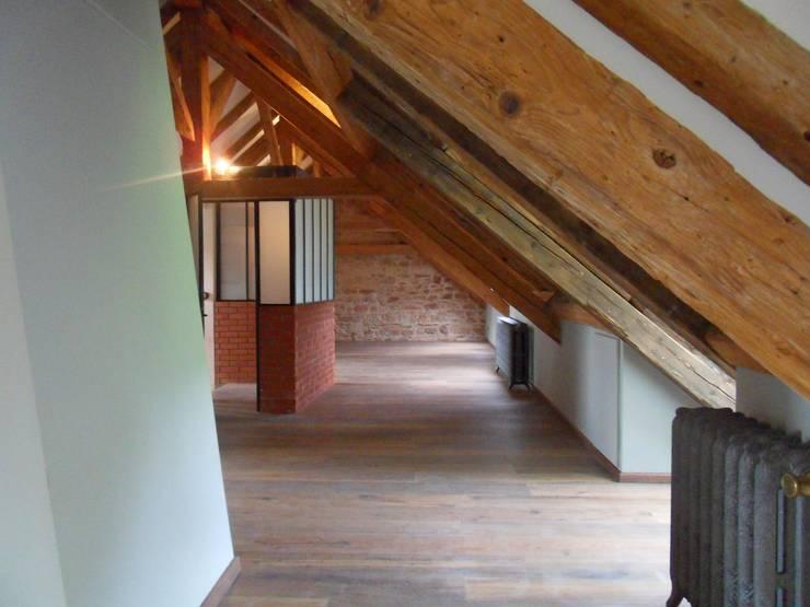 Rénovation d'une ferme en Alsace: Chambre de style  par Atelier Laparra