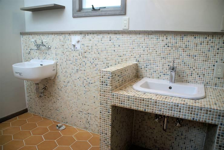 築30年のコテージをリノベーションした家: HAPTIC HOUSEが手掛けた浴室です。
