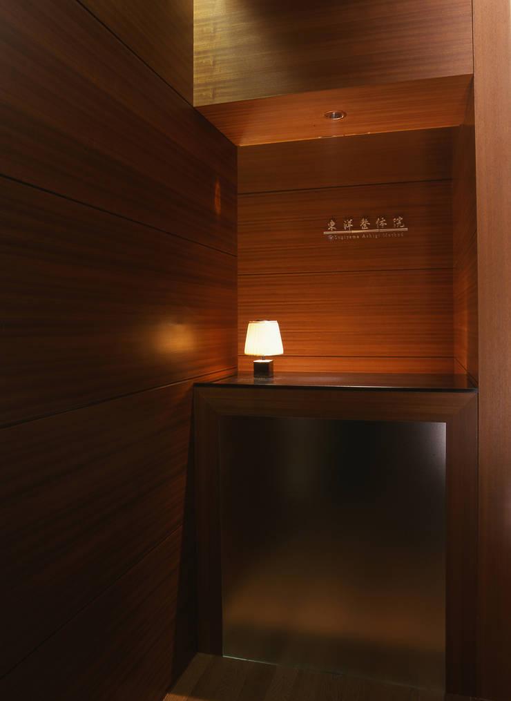 Reception Counter: Shigeo Nakamura Design Officeが手掛けたオフィススペース&店です。,クラシック