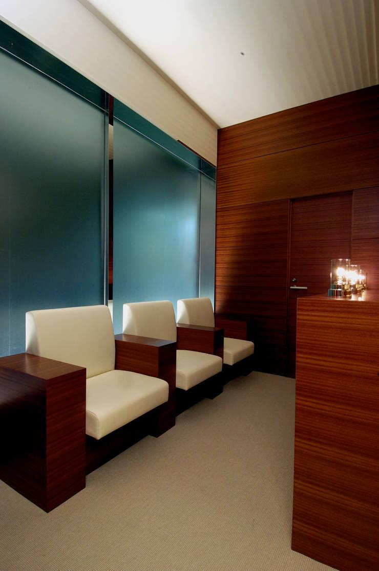 Waiting Area: Shigeo Nakamura Design Officeが手掛けた病院です。,クラシック