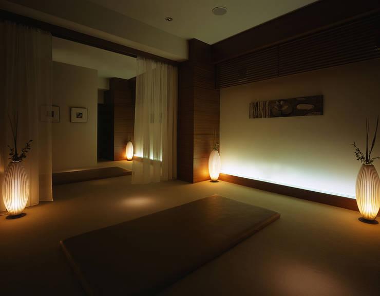 Massage area-1: Shigeo Nakamura Design Officeが手掛けた病院です。,クラシック