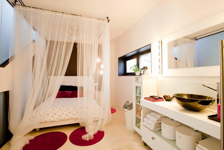 Se duerme la princesa: Dormitorios infantiles de estilo escandinavo de IPUNTO INTERIORISMO