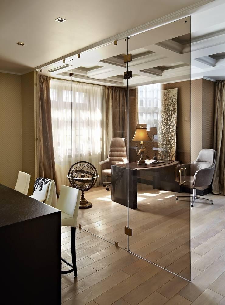 загородный дом 450 кв м: Гостиная в . Автор – point-design.ru,