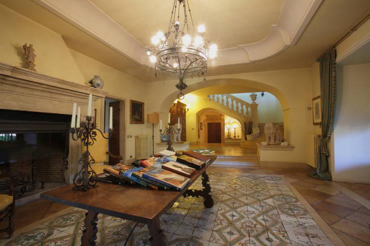 La Dimora di Valverde: Ingresso & Corridoio in stile  di Architetto Giuseppe Prato