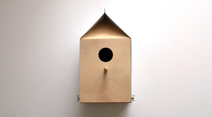 MILK CARTON INSPIRED NESTBOX / BIRDHOUSE:  Balconies, verandas & terraces  by Jam Furniture