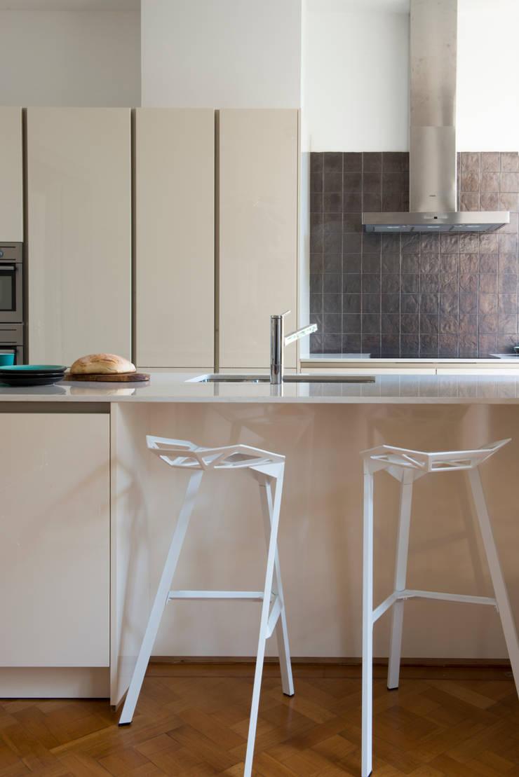 Stadsvilla Den Haag: moderne Keuken door IJzersterk interieurontwerp