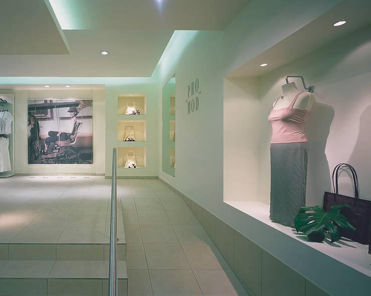 Modeladen in Wiesbaden:  Ladenflächen von Anne.Mehring Innenarchitekturbüro,Modern