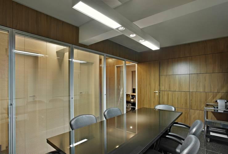 Advocacia: Escritórios  por Jaqueline Frauches Arquitetura e Interiores
