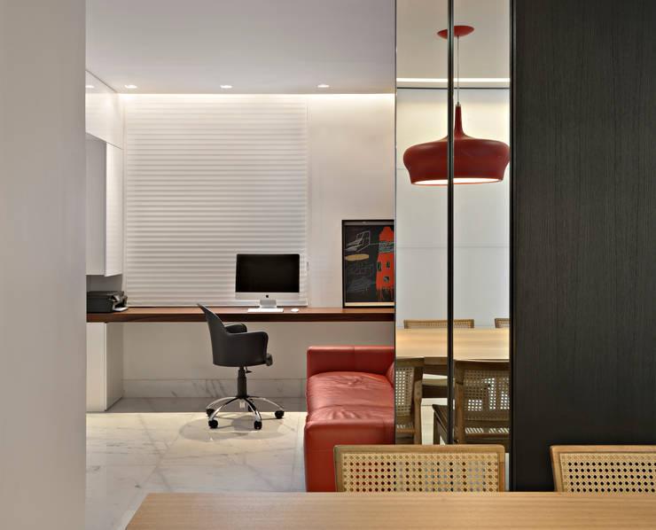 Apartamento jovem família: Salas multimídia  por Jaqueline Frauches Arquitetura e Interiores