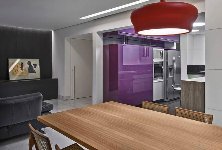 Apartamento jovem família: Cozinhas  por Jaqueline Frauches Arquitetura e Interiores