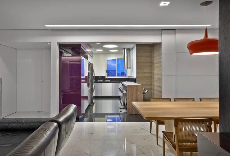 Apartamento jovem família: Salas de jantar  por Jaqueline Frauches Arquitetura e Interiores