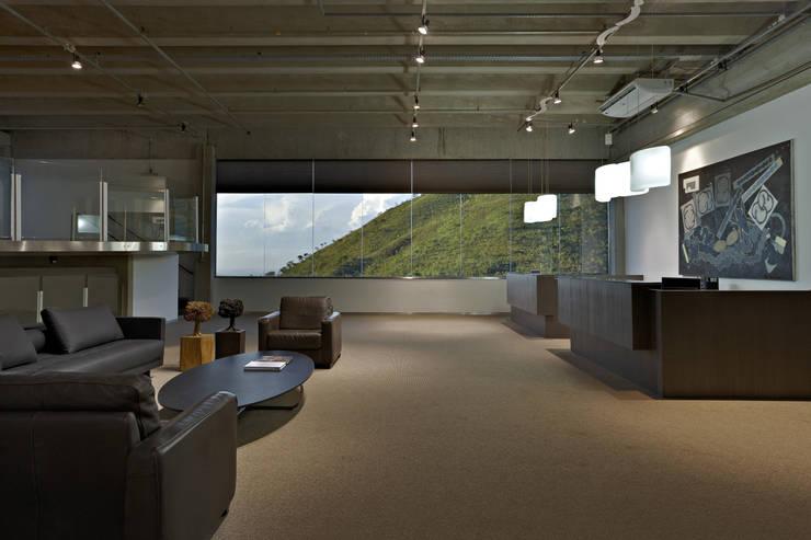 Engenharia: Escritórios  por Jaqueline Frauches Arquitetura e Interiores