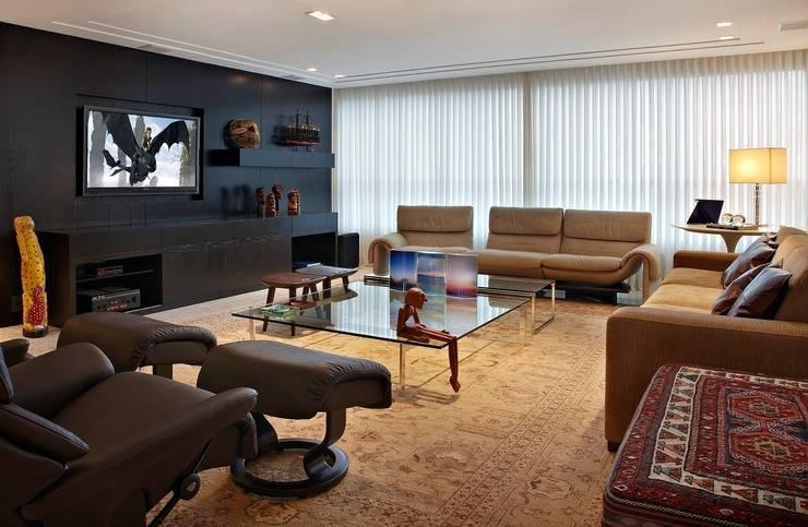 Conforto em primeiro lugar: Salas de estar  por Jaqueline Frauches Arquitetura e Interiores,