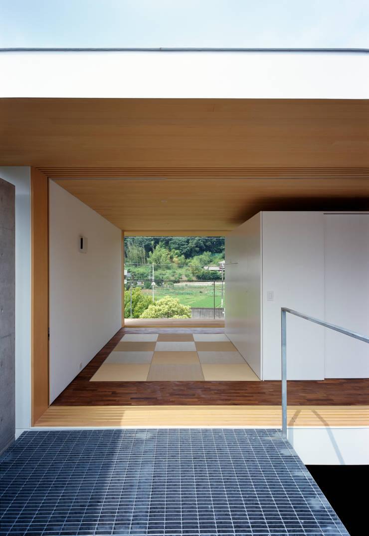 緑山の家: 栗原隆建築設計事務所が手掛けた寝室です。