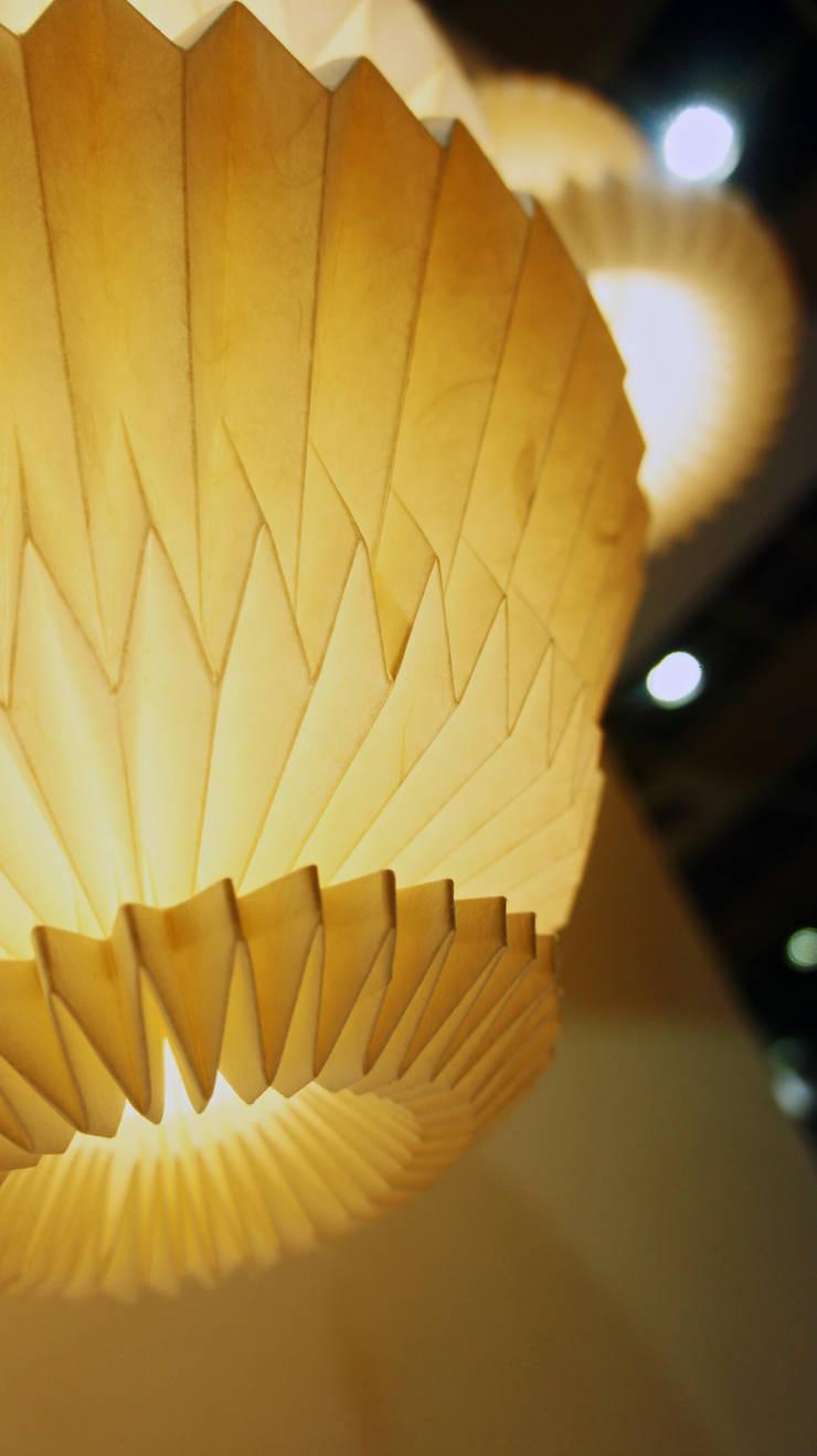 First Fruit  (Hanji lampshade module) 한지모듈조명갓: YUBILEE의  거실