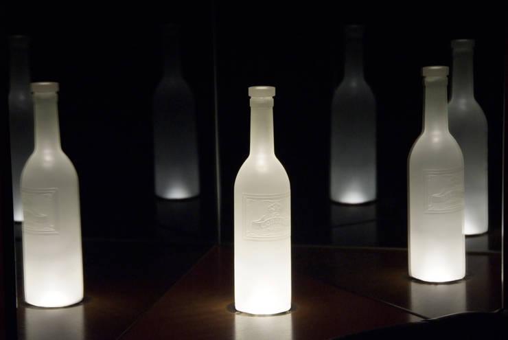 オリジナルワインボトル照明: Shigeo Nakamura Design Officeが手掛けたオフィススペース&店です。