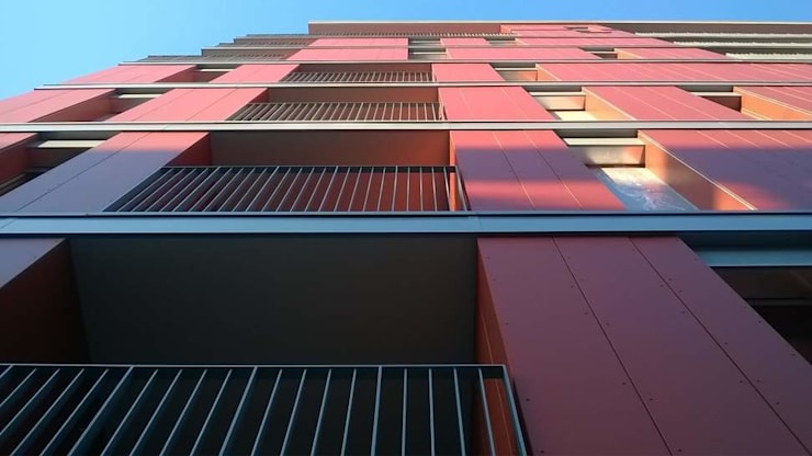 Edificio residenziale a Milano Lambrate: Finestre in stile  di SBG architetti,