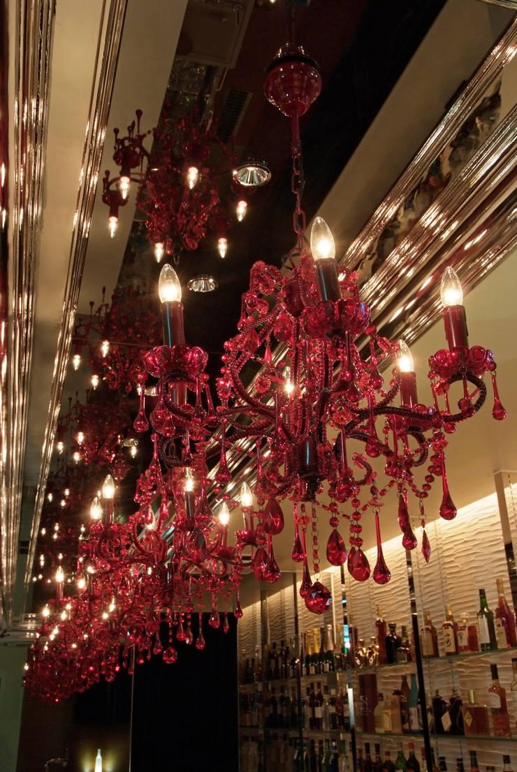 Bar counter上の赤いシャンデリア: Shigeo Nakamura Design Officeが手掛けたオフィススペース&店です。