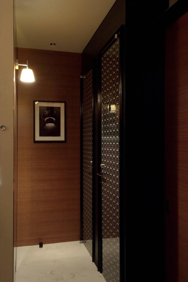 トイレ通路: Shigeo Nakamura Design Officeが手掛けたオフィススペース&店です。
