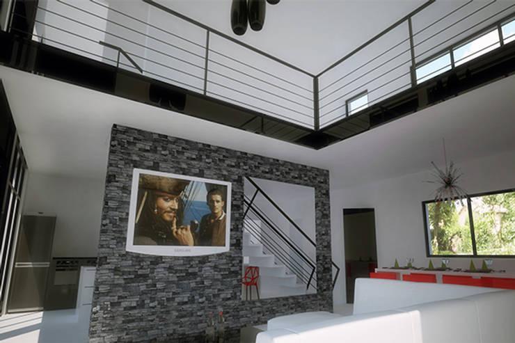 VILLA AU PRADET: Salon de style  par CVARCHITECTE