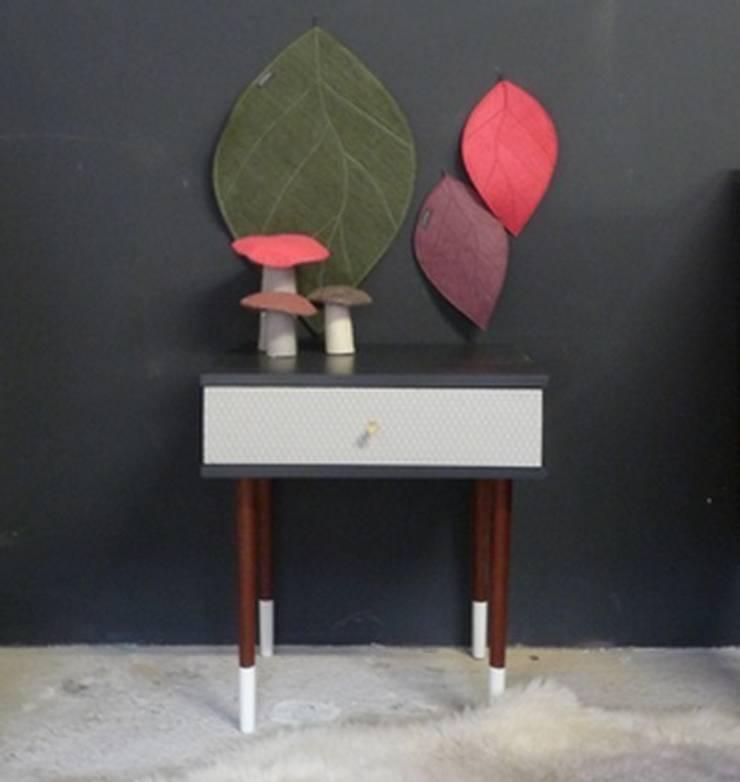 table de chevet vintage pieds bicolores vue de face: Chambre de style  par GREEN VINTAGE