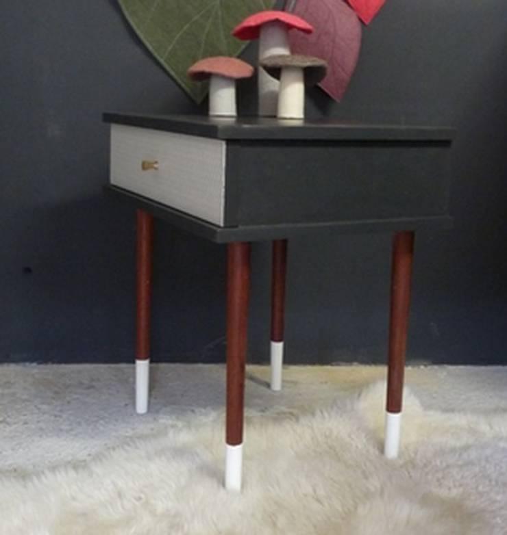 table de chevet vintage pieds bicolores vue de côté: Chambre de style  par GREEN VINTAGE