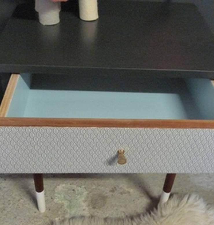 table de chevet vintage pieds bicolores tiroir: Chambre de style  par GREEN VINTAGE