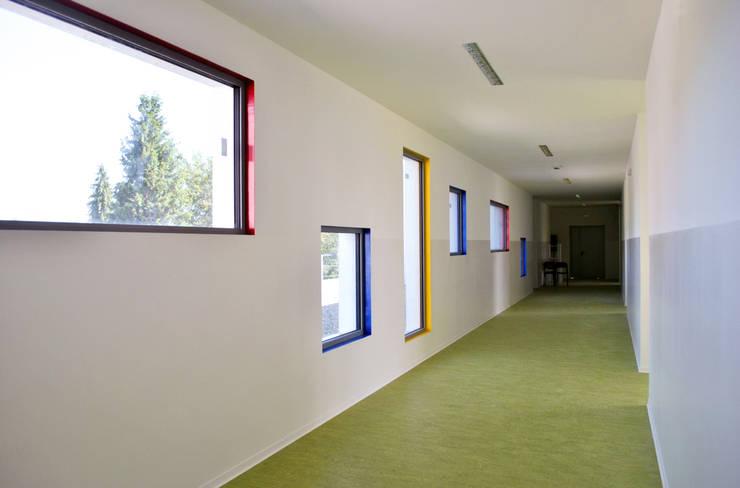 Corridoio colorato al piano primo: Scuole in stile  di Studio FFwd-Architettura