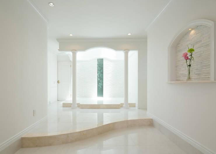 玄関ホール: 菅原浩太建築設計事務所が手掛けた廊下 & 玄関です。