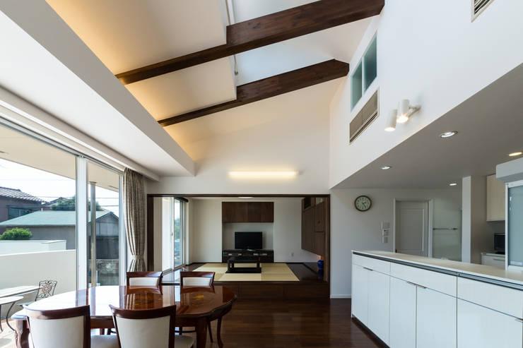 親世帯リビング: 菅原浩太建築設計事務所が手掛けたリビングです。
