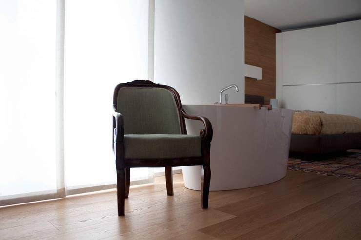 camera da letto: Camera da letto in stile  di davide petronici | architettura