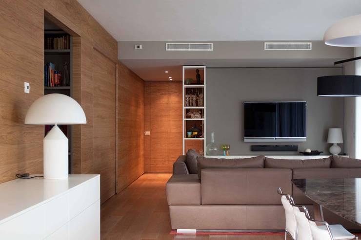 soggiorno: Soggiorno in stile  di davide petronici | architettura