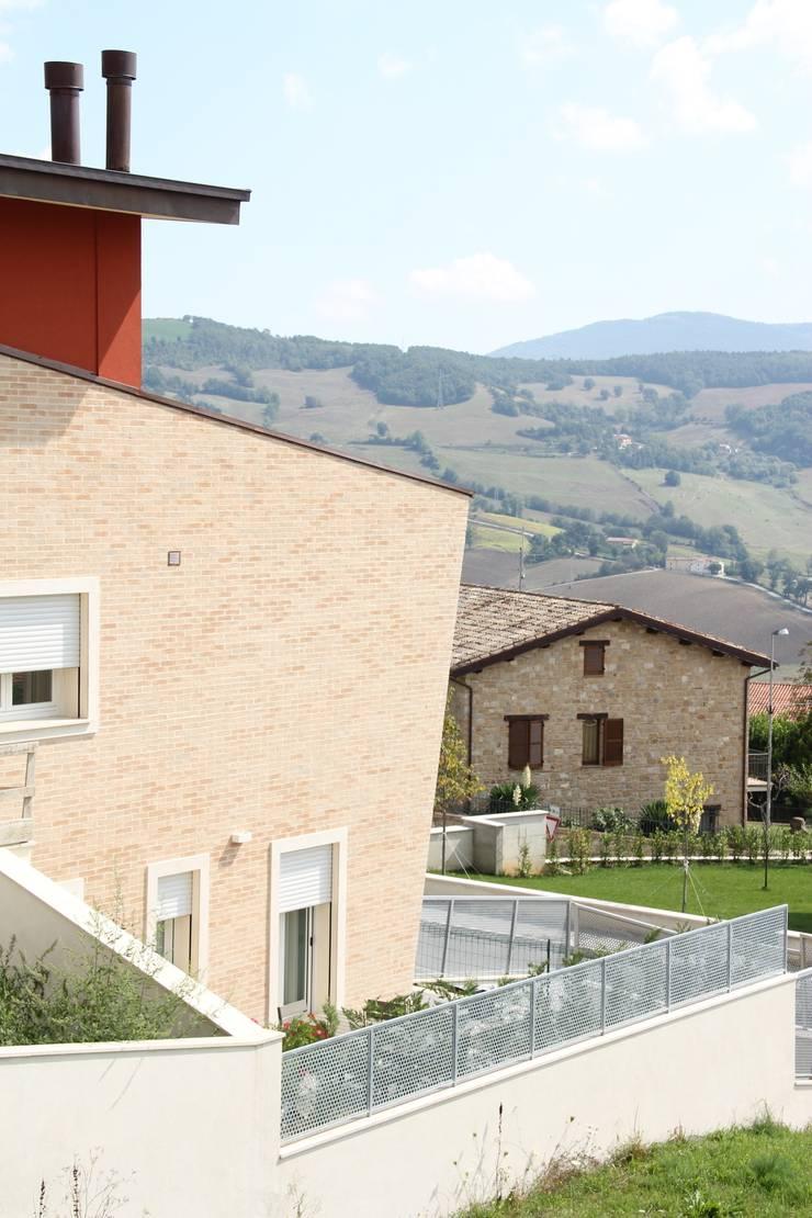 Nuovo edificio plurifamiliare:  in stile  di Architetto Paolo Cruciani