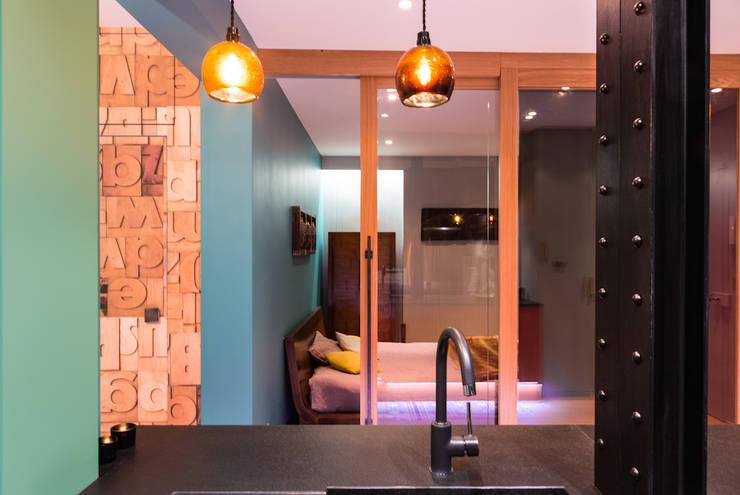 Un appartement très couture: Maisons de style  par Agence d'architecture intérieure Laurence Faure