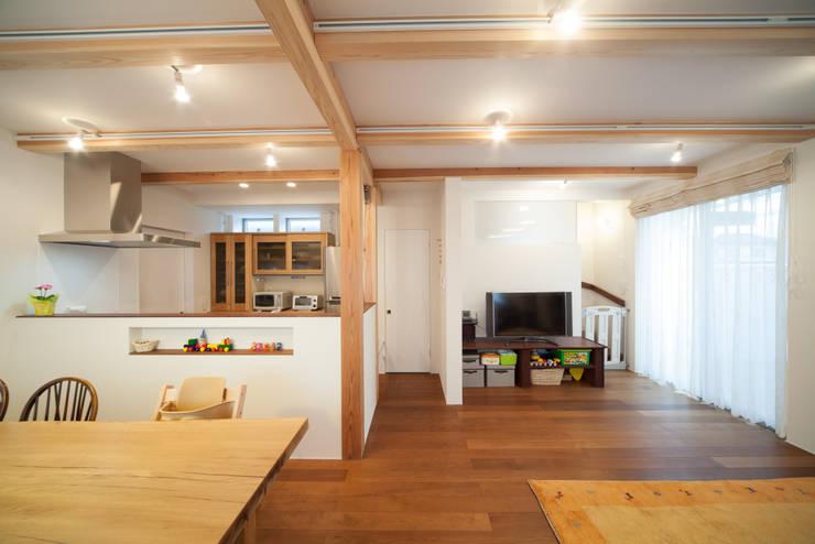 Wohnzimmer von 一級建築士事務所 楽工舎