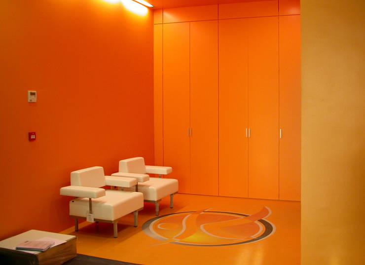 Innoprot Company's Headquarter / Signage: Oficinas y Tiendas de estilo  de KXdesigners