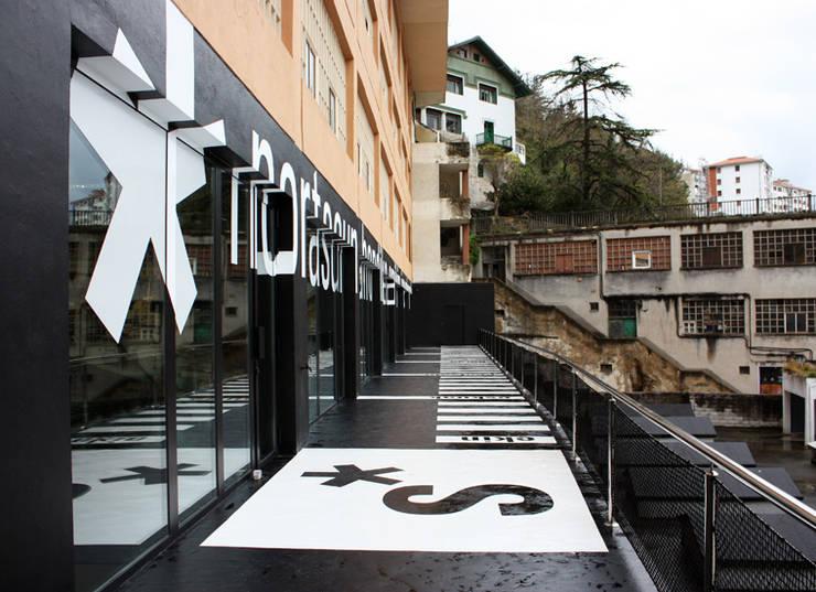 S*concept Company's Headquarter / Signage: Estudios y despachos de estilo  de KXdesigners