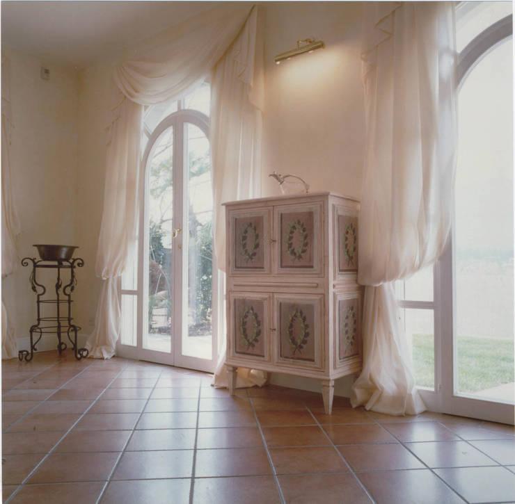 Living-room, dettaglio: Soggiorno in stile  di Studio Mingaia